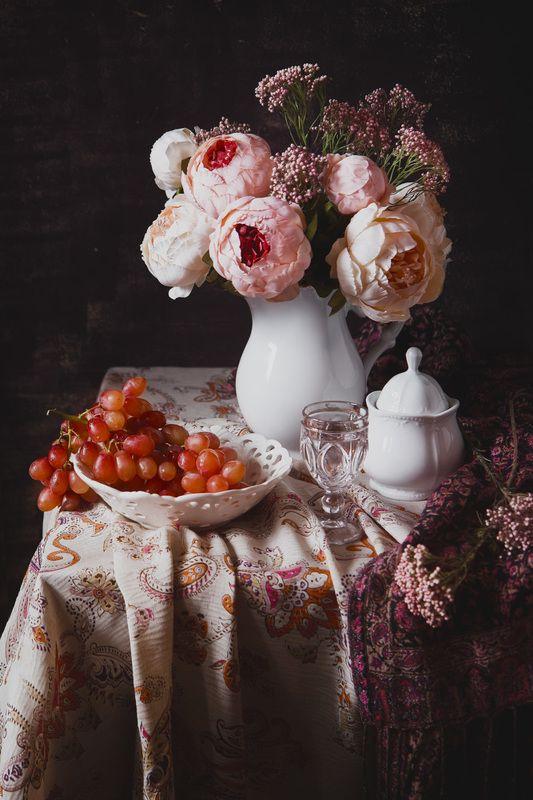 пион, натюрморт, still life, виноград, бокал, ткань с пестрой тканью и букетом розовых пионовphoto preview