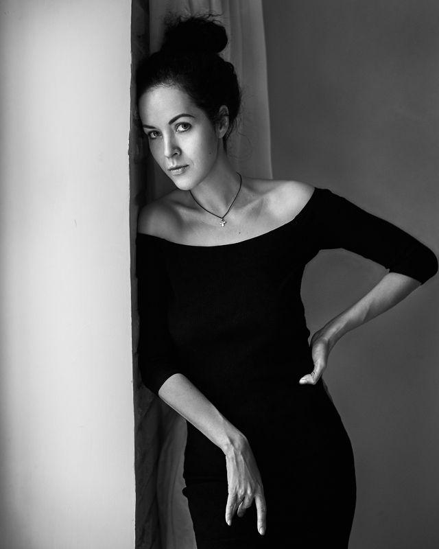 женщина, черно-белое, натуральный свет, свет из окна, черное платье, красивая женщина, модель Ольгаphoto preview