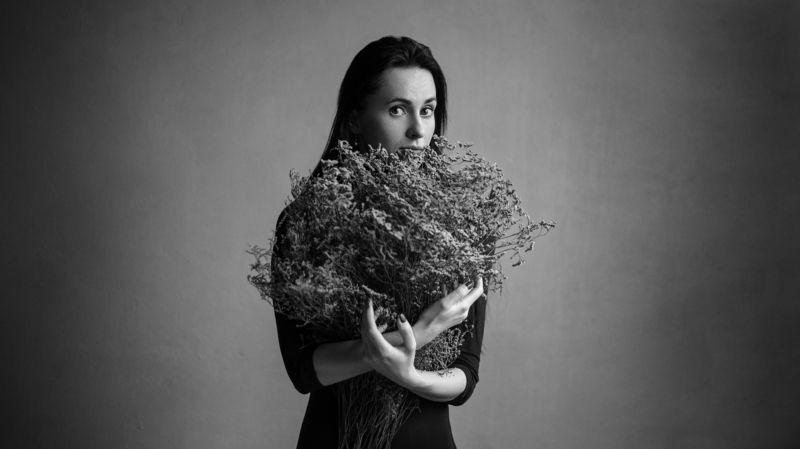 женщина, черно-белое, руки, изящность, сухоцвет, ботаника, натуральный свет, женский портрет, взгляд Еленаphoto preview
