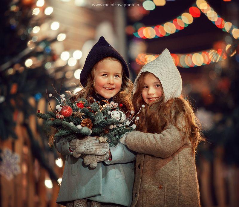 девочки на новогодней ярмаркеphoto preview