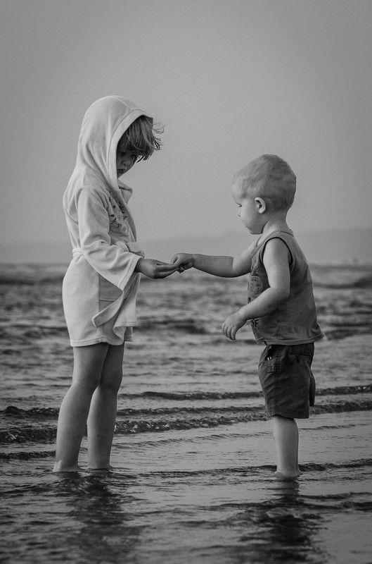 дети, море, детская фотосессия, девочка и мальчик В поисках морских сокровищphoto preview