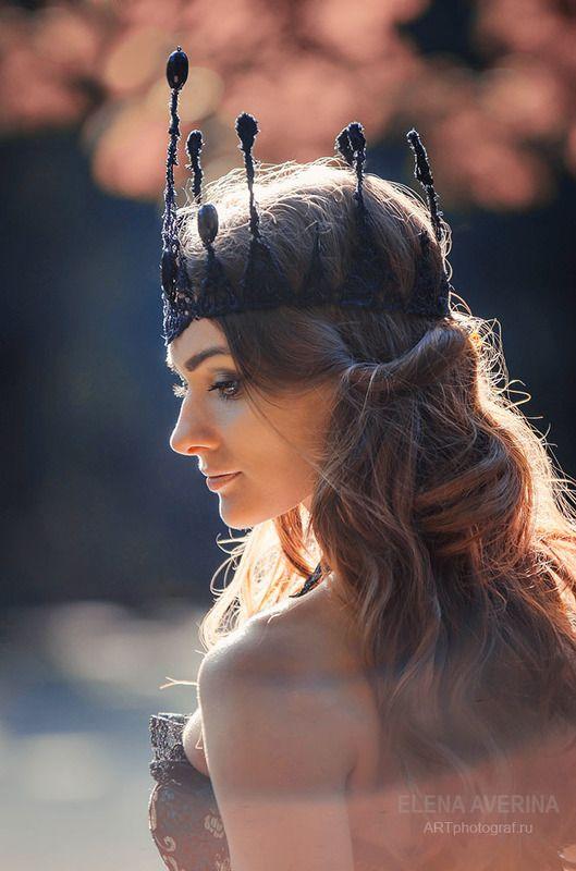 королева, девушка в короне, девушка в лесу, синее платье, корсет, сказочная фотосессия, боке, осень, портрет девушки, творческая фотосессия Королева осениphoto preview