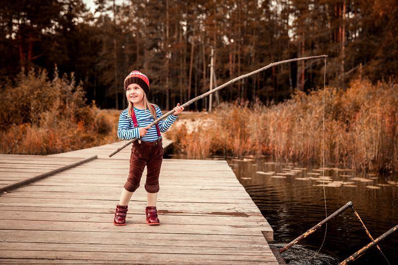 рыбак, рыбачка, на рыбалке, удочка, дети, ребенок, на природе, на реке, ловим рыбу, фото детей, фотосессия, детская фотосессия, детский портрет, ребенок, улыбка, тельняшка Рыбачка ...photo preview