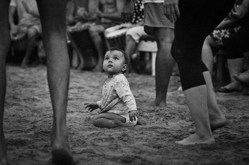 ребенок, потреялся, где ты мама, черно-белое фото \