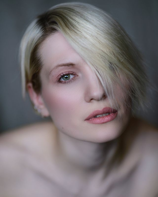 портрет девушка Взгляд на зимнее утроphoto preview