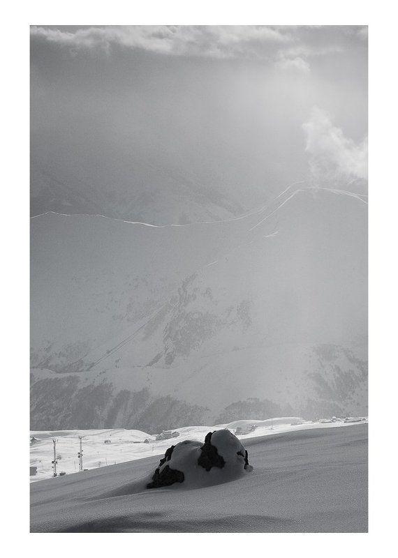 грузия, горы, гудаури Про горы, облака, одинокий камень, маленькую тучку и солнечный лучикphoto preview