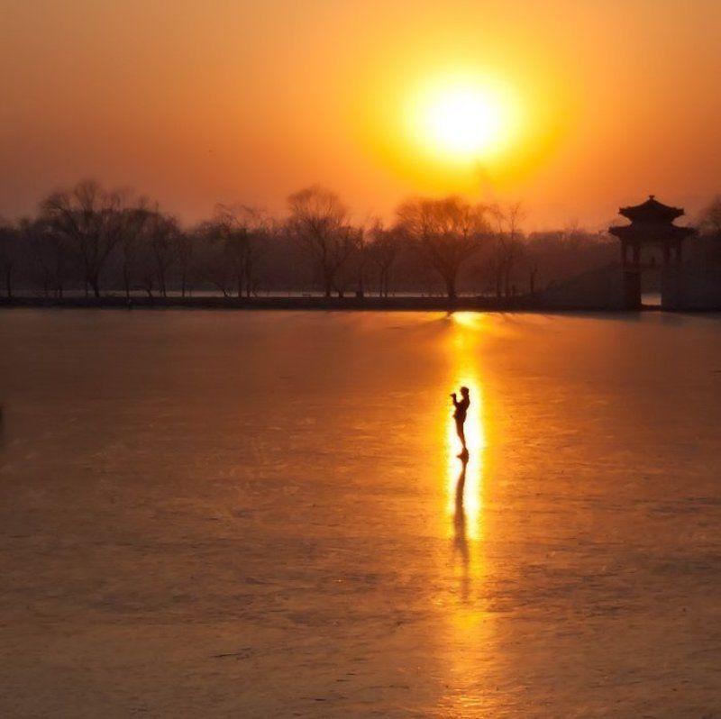 Фотограф купающийся в лучах закатаphoto preview