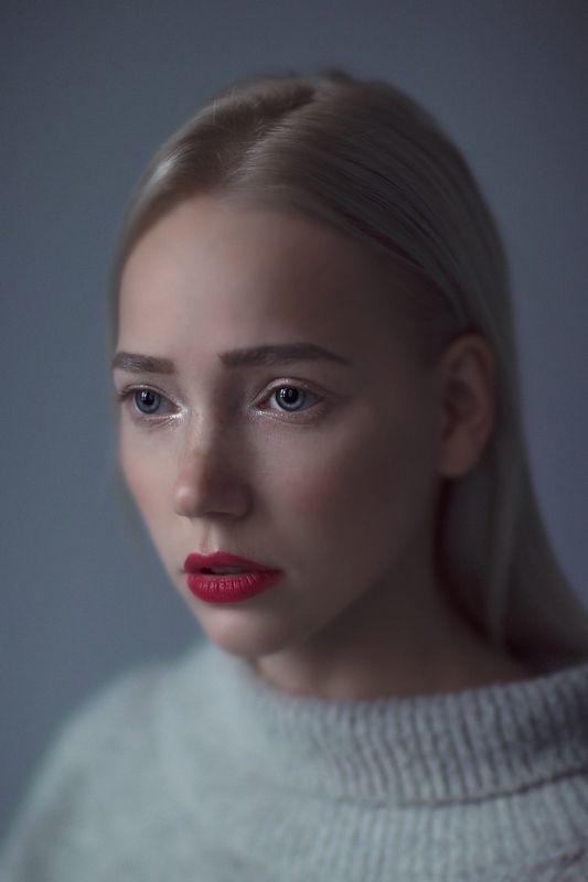 portait girl model eyes blonde bokeh grey веснушки freckles Elfiephoto preview