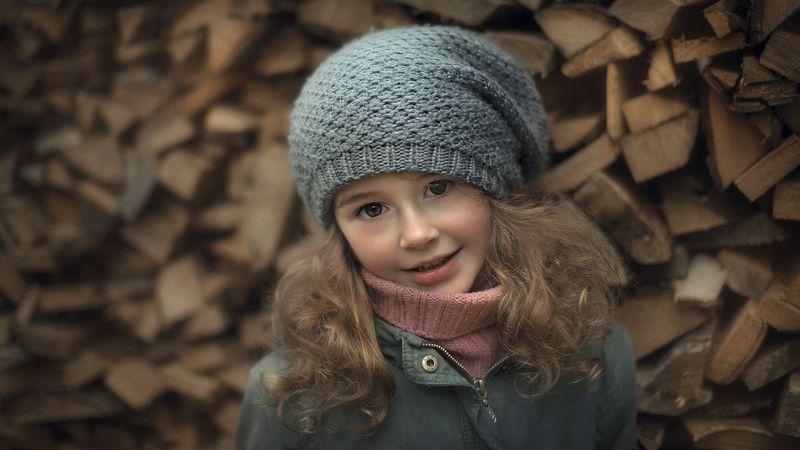 портрет девочка ребенок малыш улыбка глаза взгляд кудри дерево Дашаphoto preview