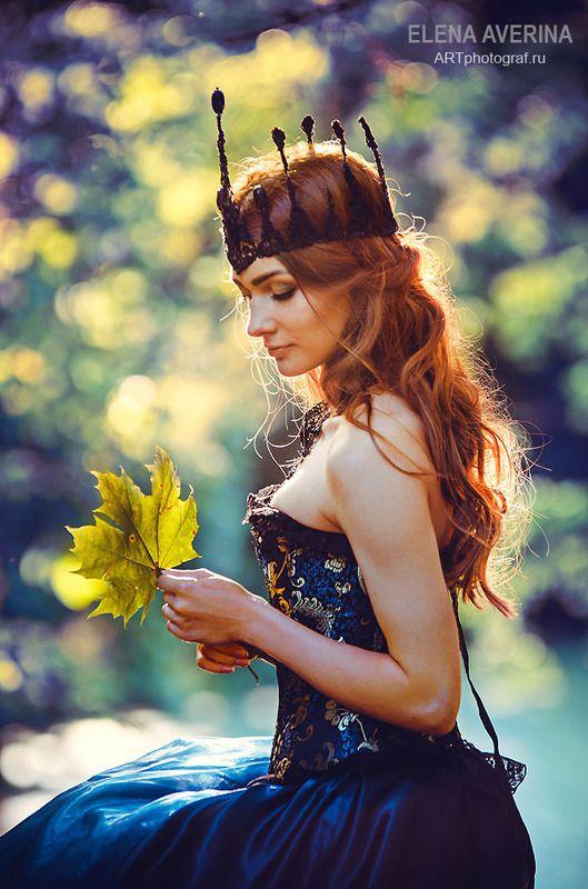 осень, королева, девушка в короне, девушка в лесу, синее платье, корсет, сказочная фотосессия, портрет девушки, творческая фотосессия Осенняяphoto preview