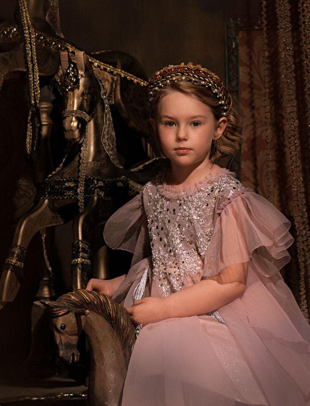 девочка, детское фото, лошадки, платье, кукла Девочка с лошадкамиphoto preview