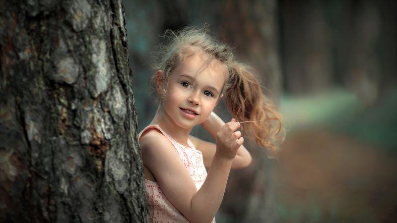 портрет девочка ребенок малыш улыбка глаза взгляд кудри дерево эмоции бор сосны тон кокетка Дашенькаphoto preview