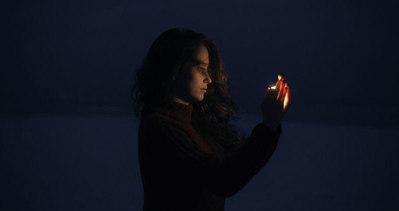 ночь, молодая модель, волосы, атмосфера, зима, холод, красный свитер, улица, ветер Олександраphoto preview
