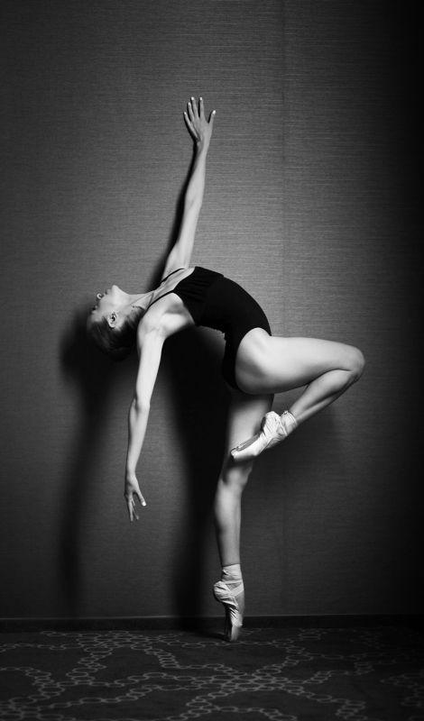 Черно-белая балеринаphoto preview