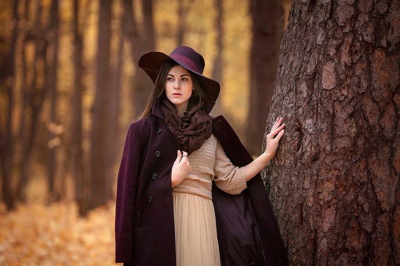девушка осень ретро шляпа плащ пальто листья вгляд тон Светаphoto preview