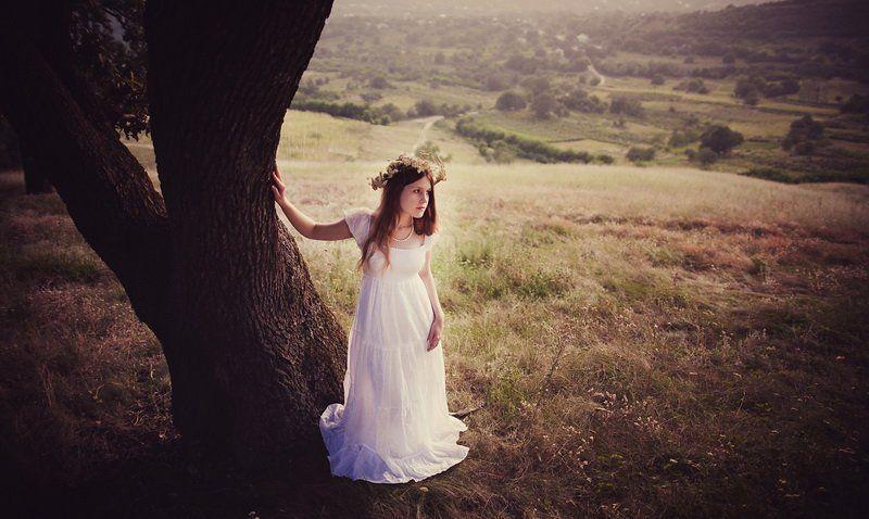 холмы, луга, женщина, белое платье, венок, полевые цветы, лето Посреди холмов.photo preview