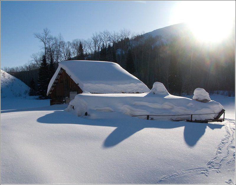 зима, снег, избушка, горы, лес, утро, солнце Заимка в лесуphoto preview
