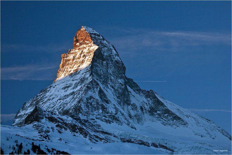 горы, альпы, церматт, самолет, маттерхорн, 4478м Про большой пассажирский самолет с лыжниками пролетающий рядом с Маттерхорномphoto preview
