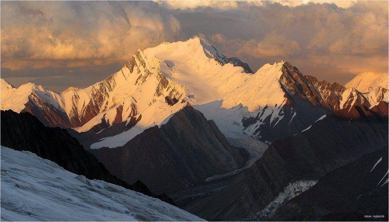 горы, киргизия, памир, пик губаева, 5368, ледник, туризм, альпинизм, Пик Губаева в лучах заходящего солнцаphoto preview