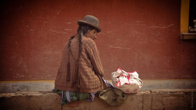 bolivia, woman, америка, боливия, женщина, красное, латинская америка, местное население, портрет, поселок, пустыня, стена, сумка, тетя, этнос, южная америка photo preview