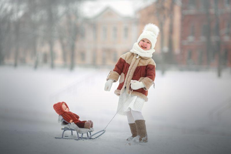 девочка, зима, кукла, снег, город Зимние забавыphoto preview