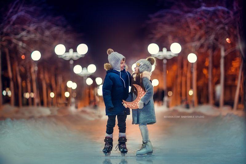 дети, каток, коньки, вечер. зима месяцphoto preview