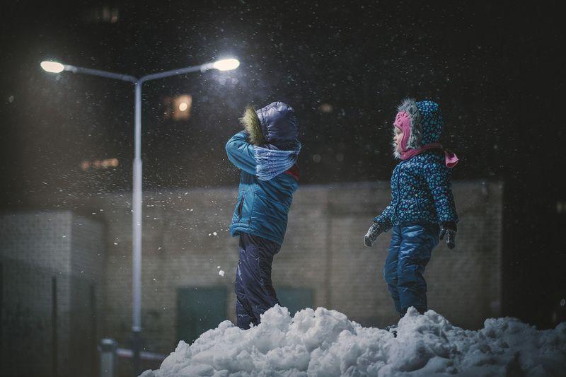 детская фотография, семейная фотография  На санках в снегопадphoto preview