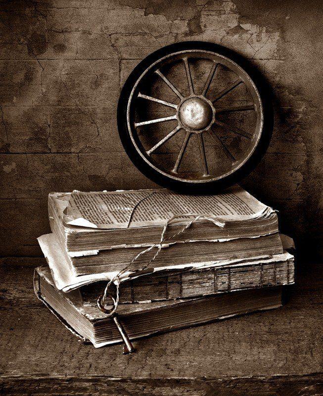 Старое колесо  и ржавый ключ..photo preview
