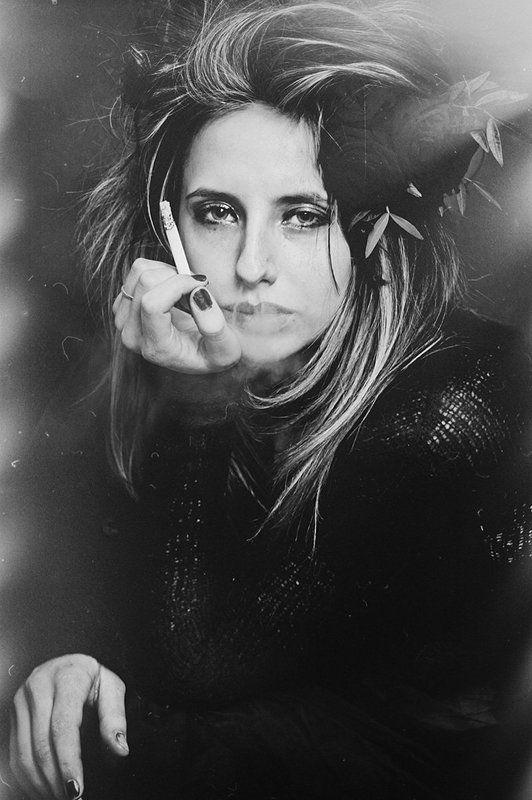 портрет, сигарета, цветы, девушка, грусть, всеравно Анастасияphoto preview