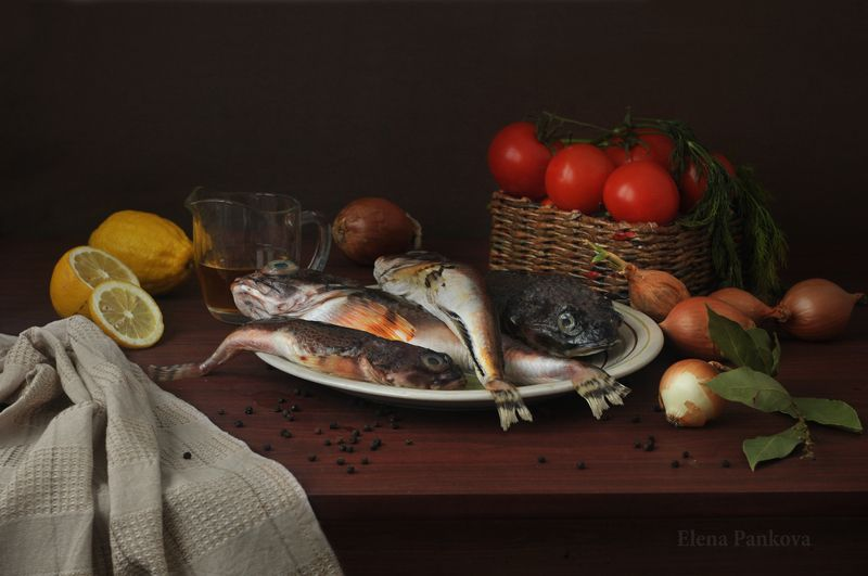 бычки, рыба, лимон, лук, помидоры Натюрморт с бычкамиphoto preview
