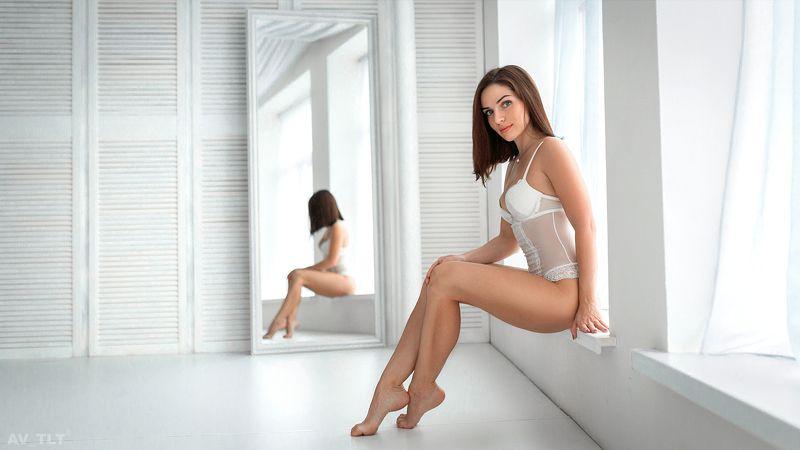 студия, модель, в белье, боди, брюнетка, портрет, ню, у зеркала, белое, белый фон, зеркало, свет Янаphoto preview