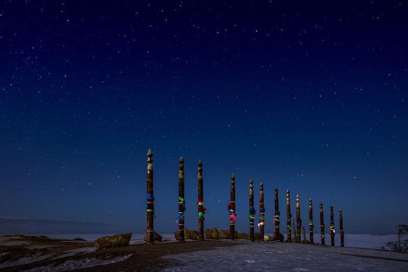 Столбы Сэгрэ у скалы Шаманка (мыс Бурхан) на острове Ольхон.photo preview