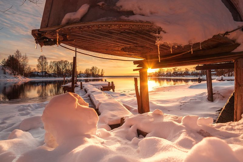 зима, солнце, закат, берег, снег, лед, лодка, деревня Закат над Волгойphoto preview