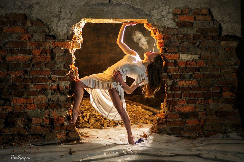 женщины, люди, танцовщица,  танцы, лицо, пар, исполнители, молодой персонаж, занятия спортом, экшн, образ жизни, этничность,  художник, в помещении, искусство, подвал, лед Дыханиеphoto preview
