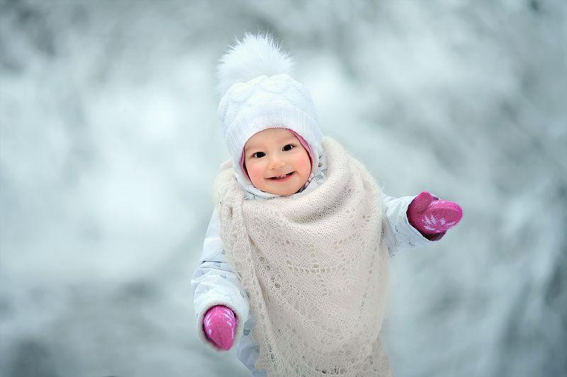 портрет девочка ребенок малыш улыбка глаза взгляд смех эмоции зима снег Аришаphoto preview