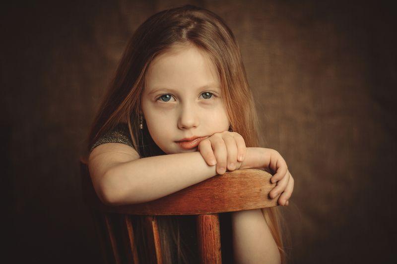 девочка, взгляд, ребенок, студия, руки, стул, волосы, лицо, тепло, комната Полинаphoto preview