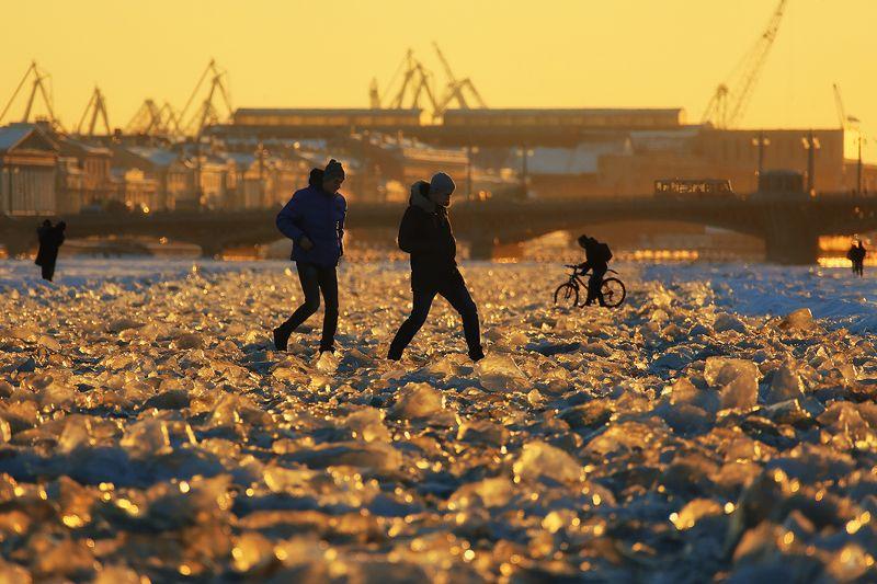нева, река, лёд, ледышки, закат, мост, велосипед, пешеходы Мартовские Невоходыphoto preview