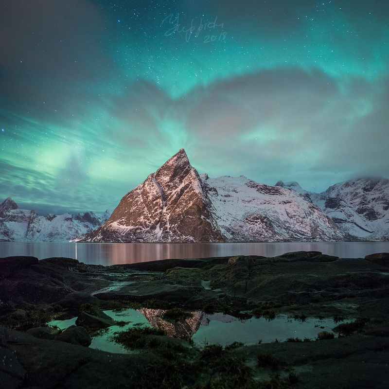 Северное сияние над горой Олстинденphoto preview