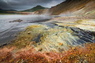 Разноцветный берег вулканического озера