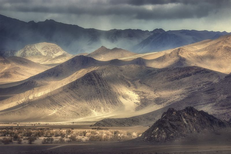монголия Блуждают тени по Монгольским горамphoto preview