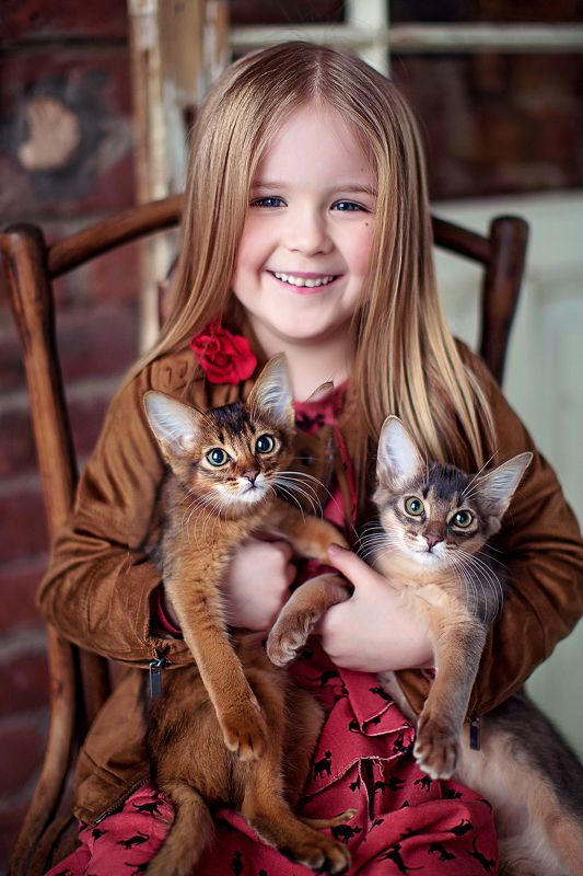 девочка портрет котята Василиса и кошкиphoto preview