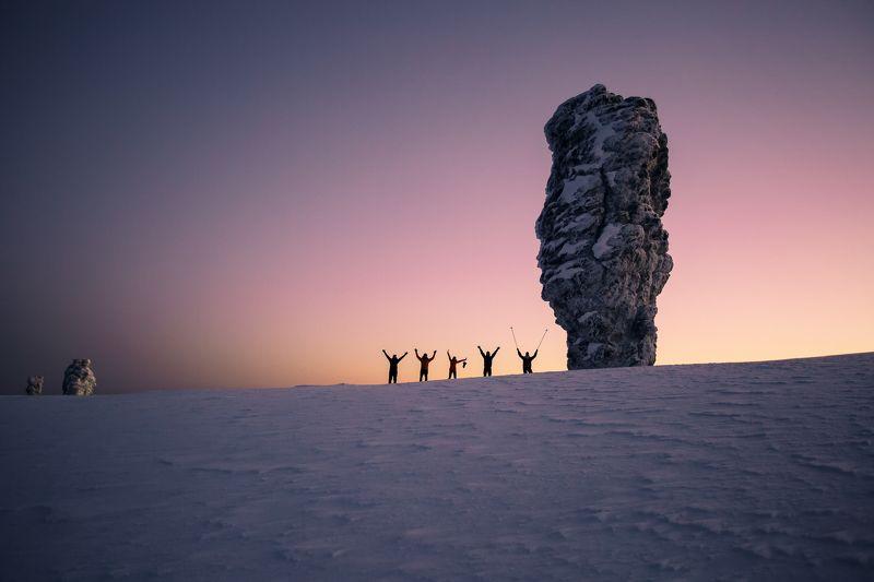 Маньпупунёр, Северный Урал, Коми, Урал, восход, люди, контуры, пейзаж, снег, зима Утреннее приветствиеphoto preview