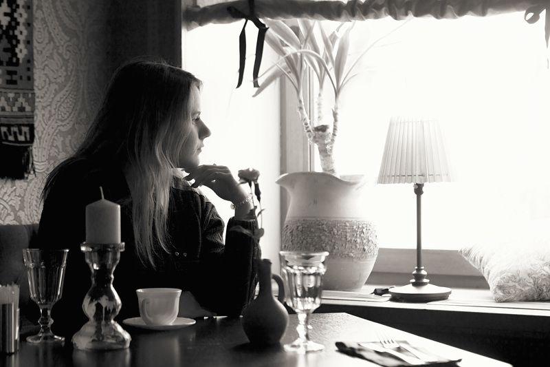девушка, кафе, стол, окно, грусть, расставание, обещание Он ушел.. Но обещал..photo preview