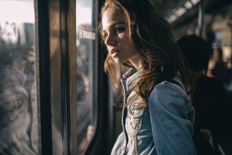 студент, студентка, поезд, вагон, метро, солнце, стекло, окно, девушка, женщина, рюкзак С учебы домойphoto preview