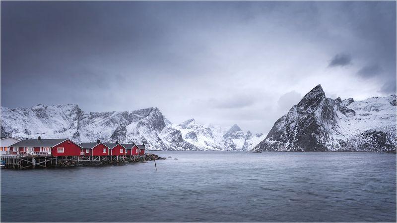 утро,пирс,горы,дофотены,норвегия,домики,море,залив, Пасмурное утро на пирсеphoto preview