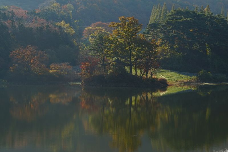 korea,chuncheongnamdo,autumn,morning,reservoir,mountain,backlight,reflection,house Morning lightphoto preview