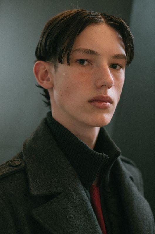 портрет человек свет fashion свет взгляд парень man пальто образ Егорphoto preview