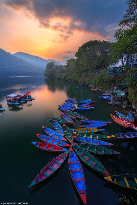 Закат теплого дня на озере Пхеваphoto preview