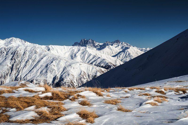 грузия, казбеги, кавказ, горы, снег, снежные вершины, гора, трава, зима, голубое небо, ясная погода, восхождение Казбеги, Грузияphoto preview