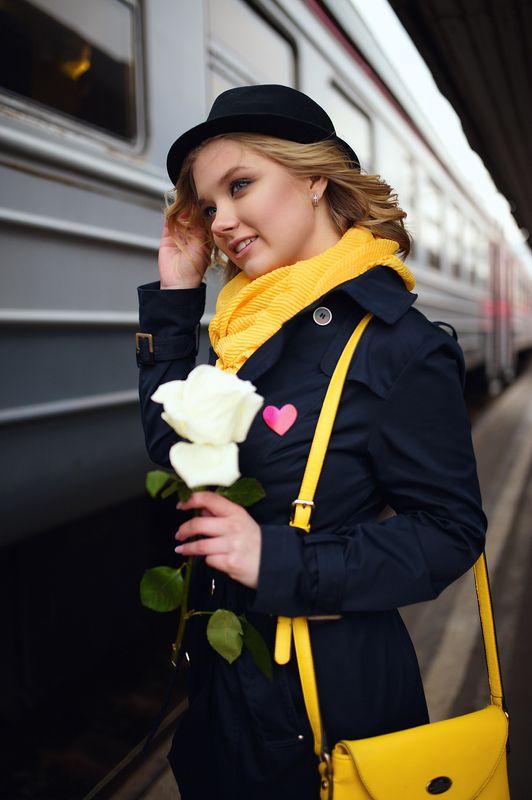 девушка, желтый, аксессуары, поезд, жд, вокзал, электричка, шляпа, шарф, кудри, цветок, роза, ожидание Цвет настроения - желтыйphoto preview
